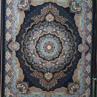 فرش ۷۰۰ شانه نگین مشهد هلال کد ۲۰۵۶ رنگ زمینه سرمه ای
