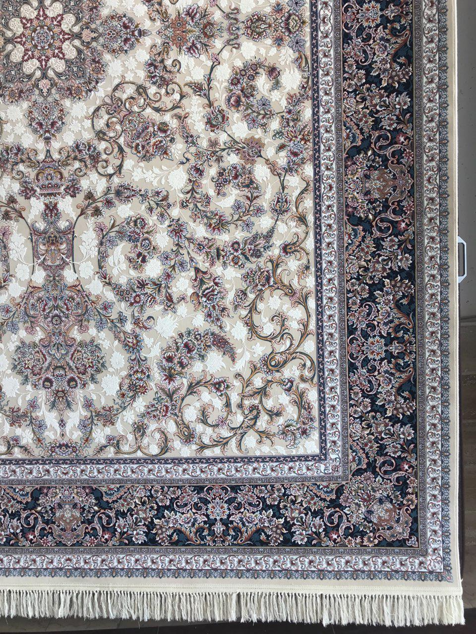 فرش 1200 شانه گل برجسته نقشه لوتوس زمینه کرم حاشیه سرمه ای