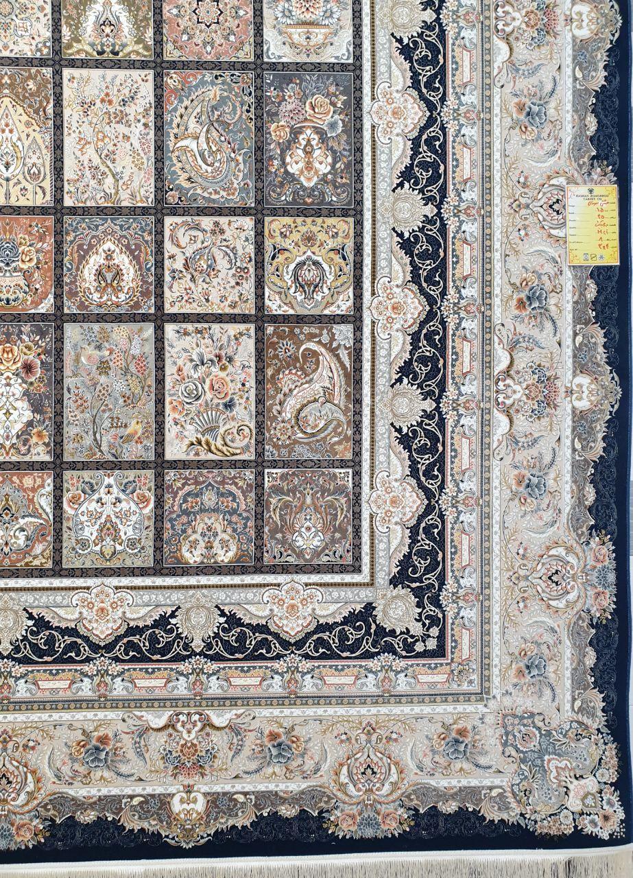 فرش 1500 شانه گل برجسته نقشه خشتی زمینه سرمه ای کاربنی