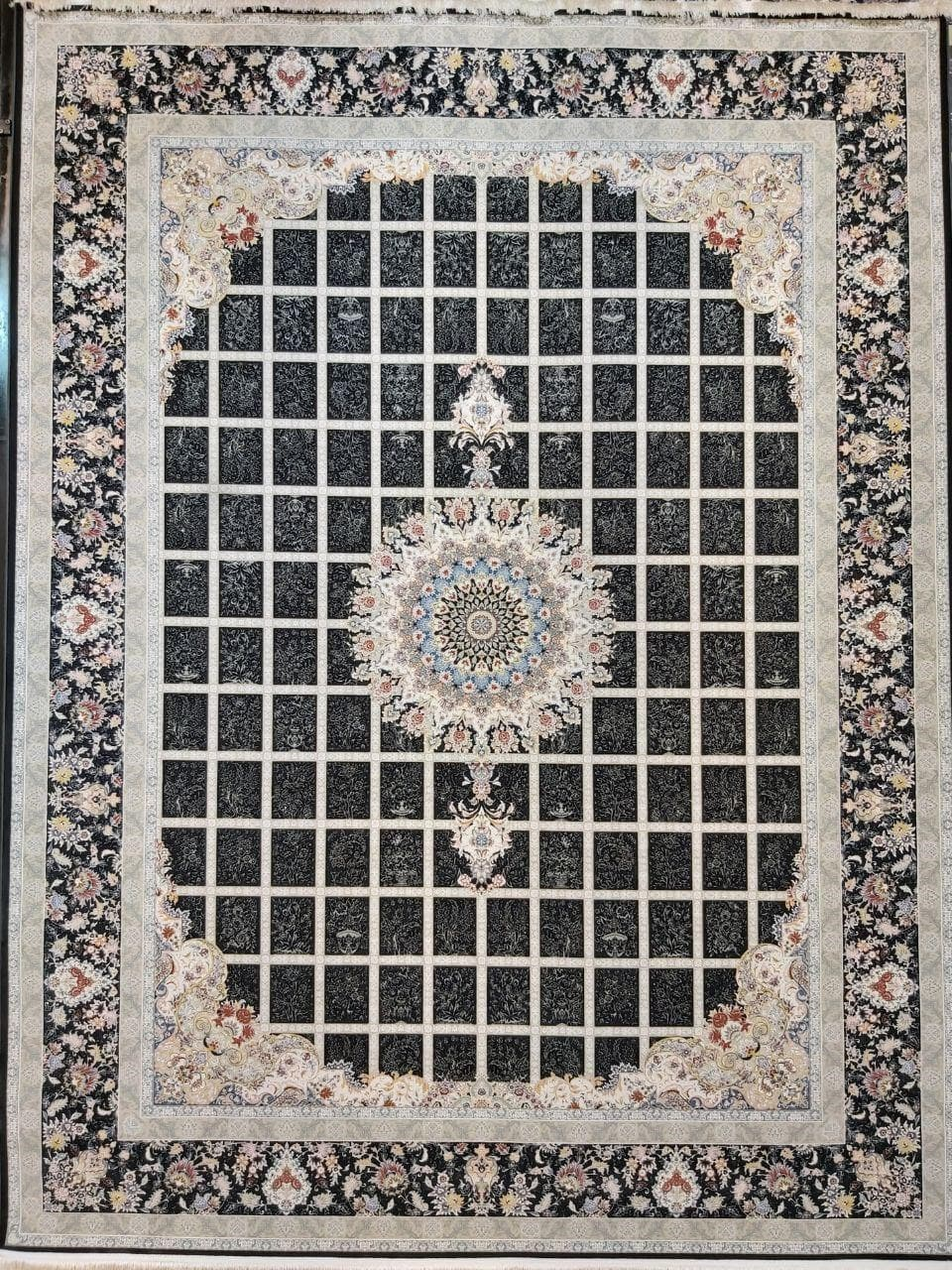 فرش 1500 شانه گل برجسته نقشه مانلی زمینه ذغالی